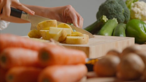 Tracking-Shot-of-Young-Adult-Woman-Slicing-Courgette-01