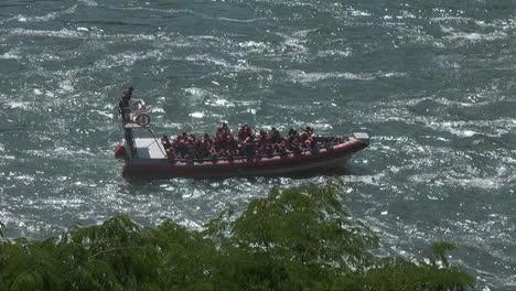 Iguazu-Falls-Argentinien-Rinnsal-Zoomt-Vom-Boot-Im-Fluss