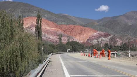 Argentina-Purmamarca-Coche-Y-Cerro-De-Los-Siete-Colores-Con-Trabajadores-Viales