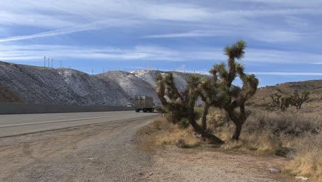 Parque-Eólico-De-California-Sobre-La-Carretera-Y-El-árbol-De-Joshua