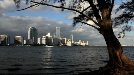 Florida-Miami-Skyline-Reflexion-Des-Lichts-Auf-Dem-Wasser-Light