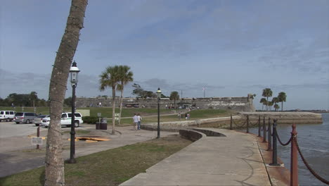 Florida-tourists-at-Spanish-fort-St-Augustine