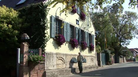 Alemania-Renania-Hombre-Mirando-Casa-De-Pueblo