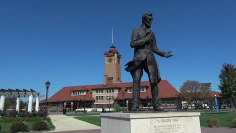 Illinois-Springfield-Lincoln-statue-with-gesture