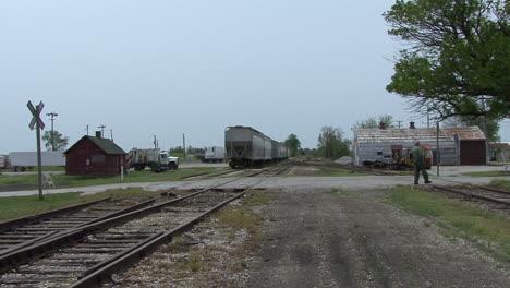 Illinois-man-crosses-railroad-tracks