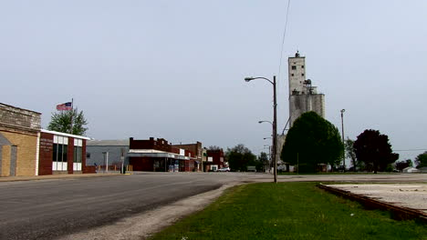 Illinois-small-town-with-grain-storage