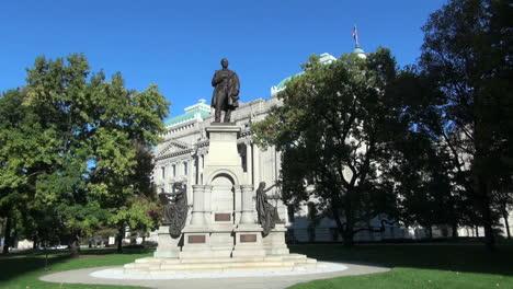 Indianápolis-Indiana-Statehouse-Con-Estatua