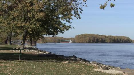 Iowa-Burlington-park-by-river