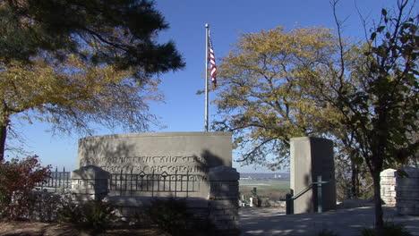 Bandera-De-Iowa-Y-Monumento-A-Lewis-Y-Clark