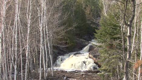 Michigan-Hace-Zoom-Sobre-Una-Cascada-En-El-Bosque