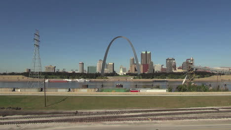 St-Louis-Missouri-arch-with-power-lines