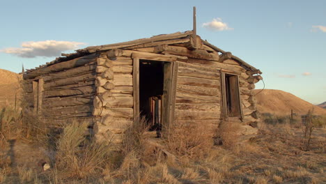 Cabaña-De-Madera-Vieja-Nevada