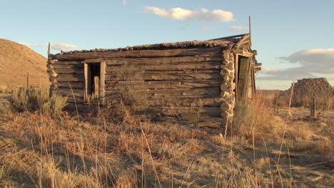 Cabaña-De-Troncos-Con-Vista-Lateral-De-Nevada