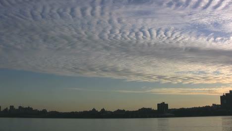 Patrones-De-Nubes-De-Nueva-York-Sobre-El-Río-Hudson
