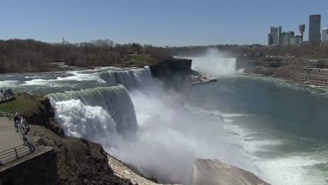 New-York-Niagara-Falls-people-at-railing