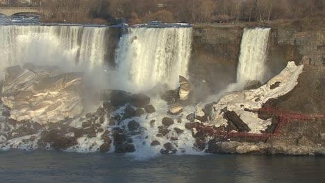 New-York-Niagara-Falls-with-ice-below