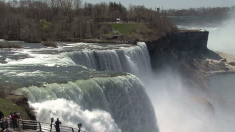 New-York-Niagara-Falls-zoom-in-to-falling-water