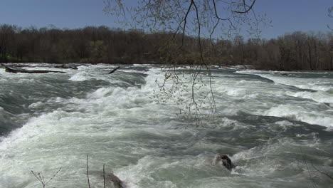 New-York-Niagara-River-pans-downstream
