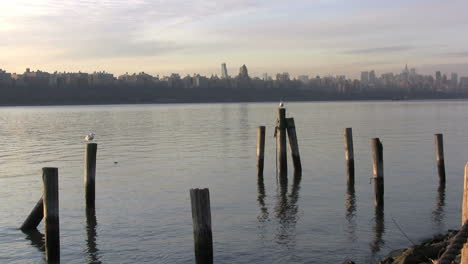 Vista-De-Nueva-York-A-Través-De-Postes-Hacia-Rascacielos