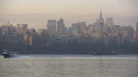 Vista-De-Nueva-York-Hacia-El-Horizonte-De-Manhatten-Con-Barco