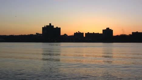 Edificios-De-Nueva-York-Y-El-Río-Al-Amanecer-