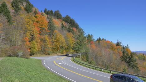 Coches-De-Carolina-Del-Norte-En-Una-Carretera-De-Montaña