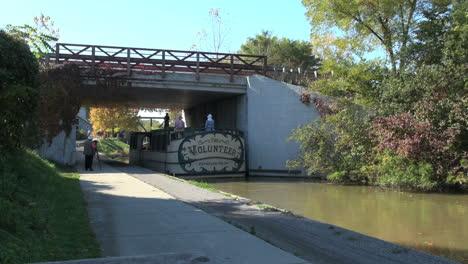 Ohio-Miami-Und-Erie-Kanalboot-Geht-Unter-Brücke-Boat