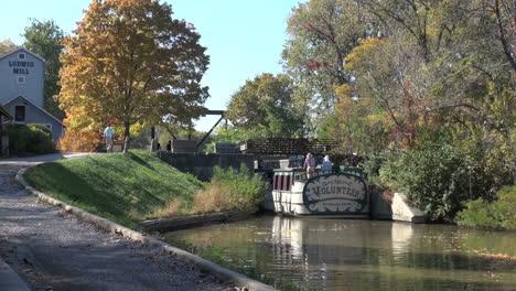 Ohio-Miami-Und-Erie-Kanalboot-Fährt-Unter-Der-Brücke-Durch