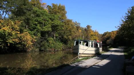 Ohio-Barge-Nähert-Sich-Auf-Miami-Und-Erie-Canal