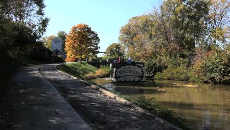 Ohio-Barge-Bewegt-Sich-Den-Miami-And-Erie-Kanal-Hinunter