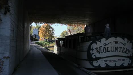 Ohio-Barge-Auf-Miami-Und-Erie-Kanal-Unter-Brücke