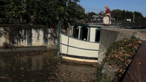 Ohio-Boot-Verlässt-Die-Schleuse-Am-Miami--Und-Erie-Kanal