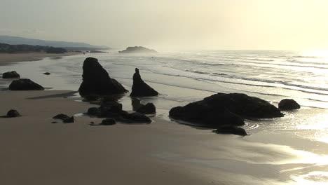 Bandon-Oregon-sea-stacls-on-beach
