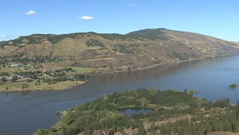 Oregon-Columbia-Gorge-Rowena-Crest-looking-down