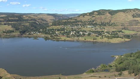 Oregon-Columbia-Gorge-Rowena-Crest-view-of-town-across-river