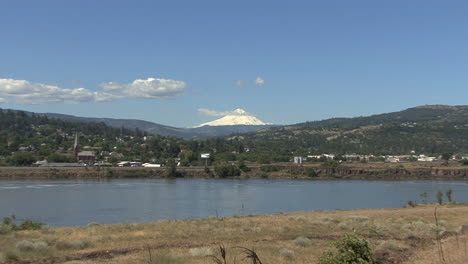 Oregon-Columbia-River-Mt-Hood-at-The-Dalles-zoom-in