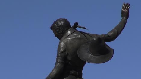 Estatua-De-Vaquero-Pendleton-De-Oregon-Con-Mano-Levantada
