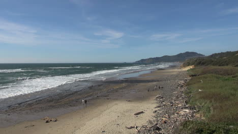 Oregon-coast-Beverly-Beach-with-vacationers