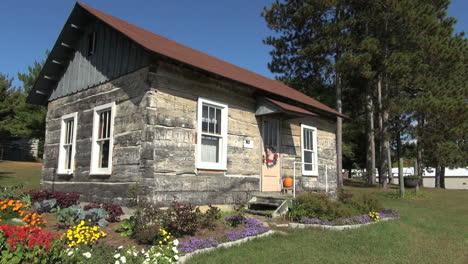 Reedsburg-Wisconsin-Pioneer-Log-Village-cabin