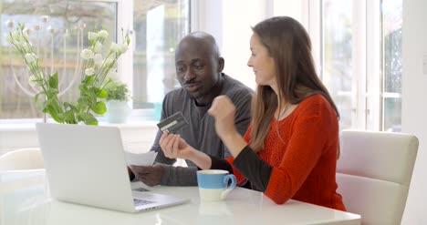 Glückliches-Paar-Das-Rechnungen-Online-Bezahlt-2