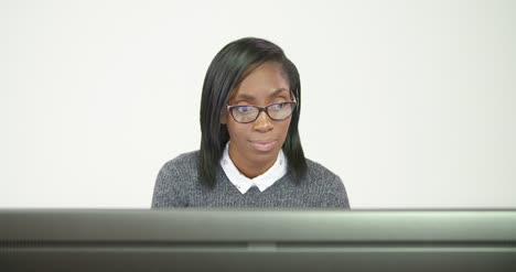 Mujer-de-negocios-joven-que-trabaja-en-la-computadora