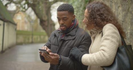 Paar-Das-Wegbeschreibungen-Vom-Smartphone-Erhält-Cu