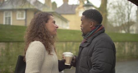 Pareja-Hablando-Sosteniendo-Café