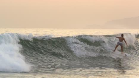 Surfer-on-Wave-en-Brasil