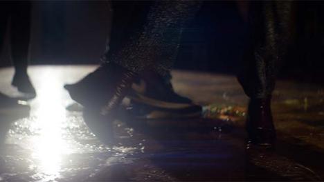 CU-pies-bailando-en-la-pista-de-baile-desordenada