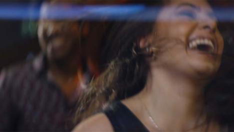 Cu-Sonriente-Joven-Moviendo-El-Cabello