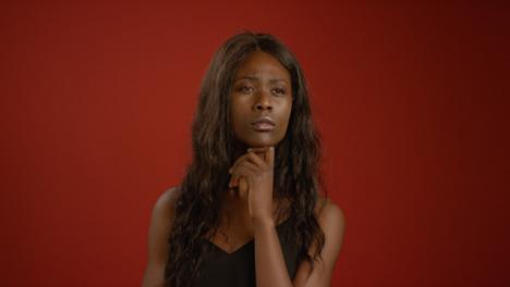 Mujer-joven-sumida-en-sus-pensamientos