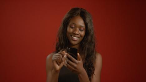 Mujer-joven-se-desplaza-a-través-del-teléfono