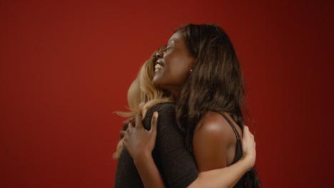 Dos-Mujeres-Se-Abrazan