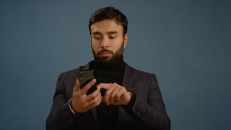 Hombre-saca-teléfono-y-pergaminos